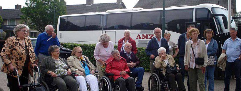 Groepsfoto bij de bus