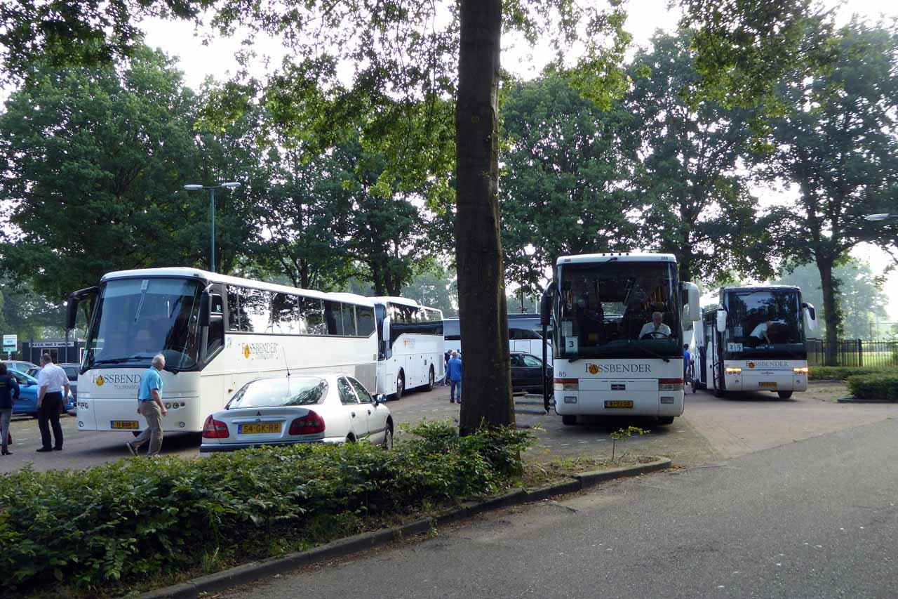 Verzamelen bij de bus bij H.V.C.H.