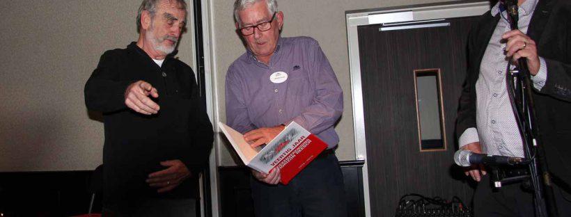 Het eerste jubileumboek wordt in ontvangst genomen